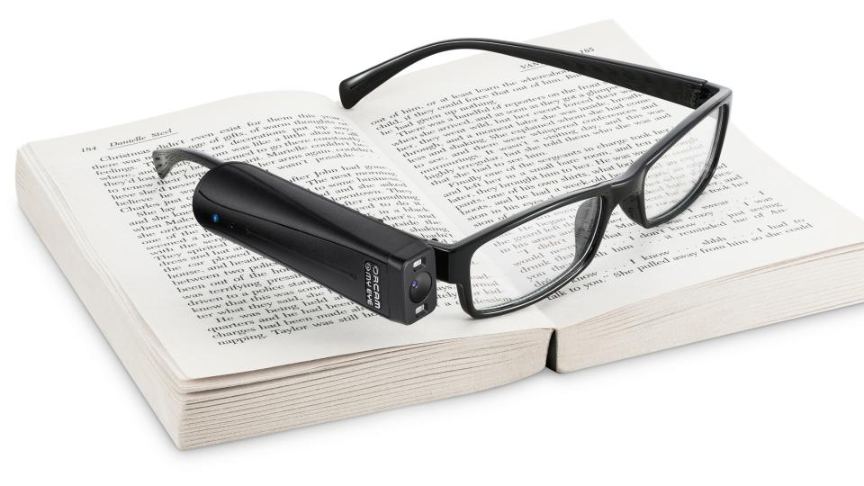 OrCam MyEye 2 se jednoduše připevní na brýle, ovládá se gestem ruky