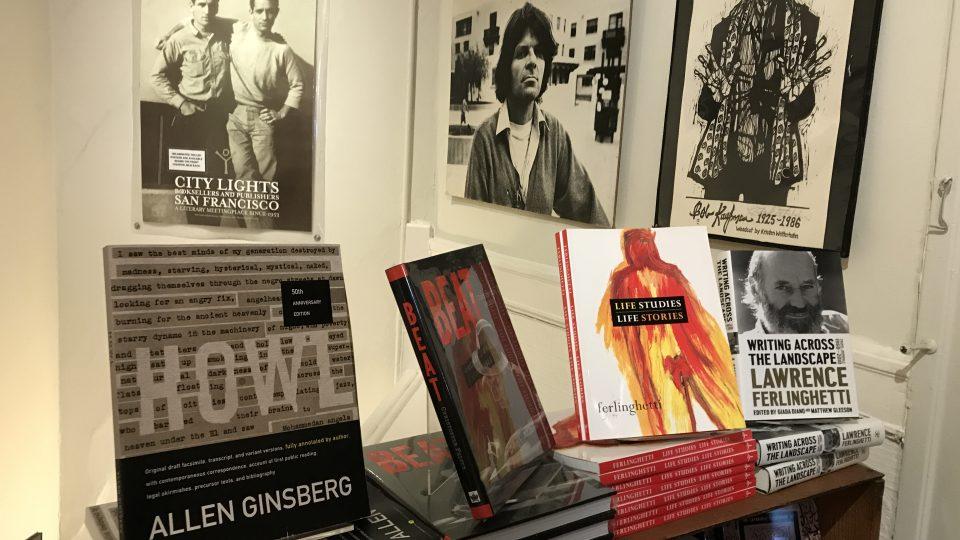 Lawrence Ferlinghetti stále dohlíží na provoz svého nezávislého knihkupectví a vydavatelství, které v Kalifornii založil před 66 lety.