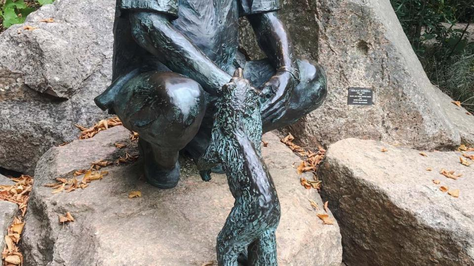 Socha zakladatele zoo Geralda Durrella stojí hned u vchodu do zoo na ostrově Jersey