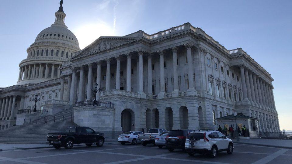 Soudní proces s prezidentem Donaldem Trumpem poutá oči celé Ameriky ke Kapitolu ve Washingtonu