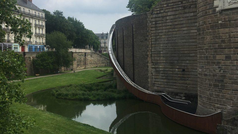 Tobogán na zámku v Nantes tvoří kovové koryto a dřevěná konstrukce