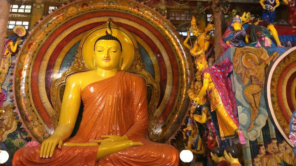 Rozsáhlý buddhistický chrám Gangaramaja v centru metropole Kolombo navštěvují nejen západní turisté, ale i příslušníci jiných náboženství