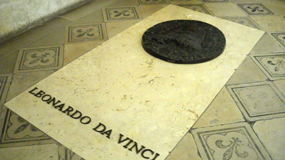 Náhrobek, pod nímž odpočívají ostatky Leonarda da Vinci zdobí jeho podobizna od současného sochaře Jeana Cardota