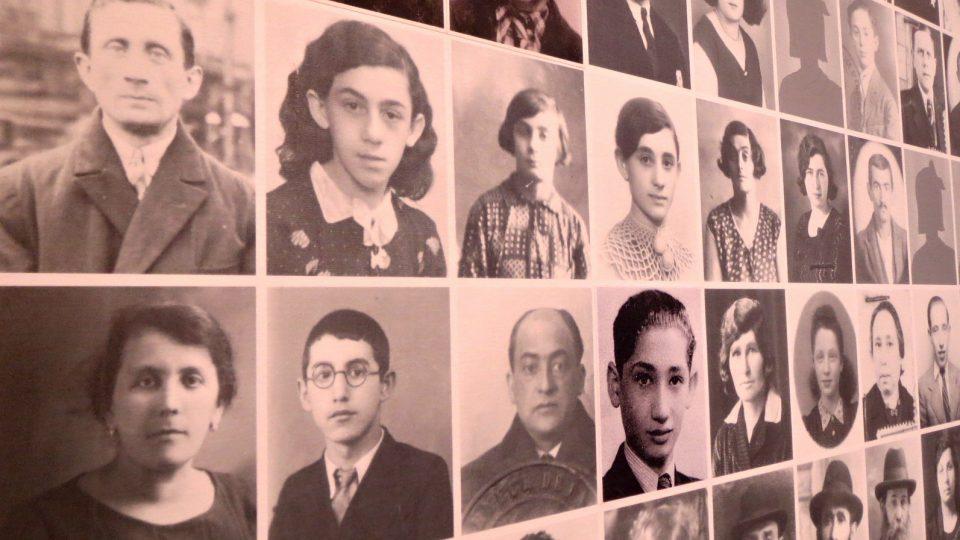 Detail stěny v muzeu s portréty mechelenských obětí holocaustu.