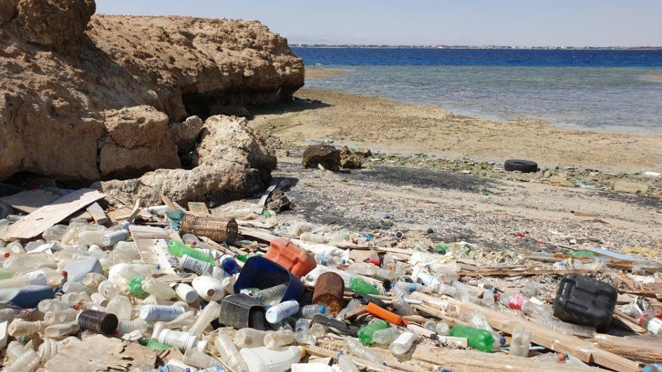 Plastový odpad je naplavený v každé sebemenší zátoce