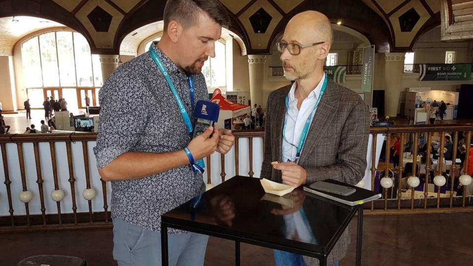 Reportér Radiožurnálu Vojtěch Koval (vlevo) s Christianem Bauligem z německého deníku Der Spiegel ochutnali kuřecí maso vypěstované v laboratoři