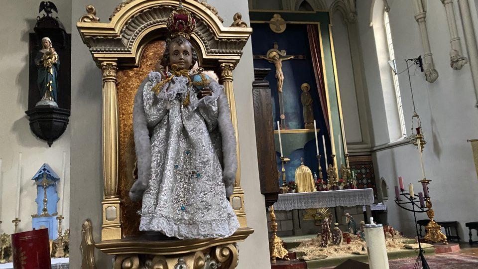Když sošku vikář objevil, měla jen obyčejné šaty a žádný globus. Dnes pro ni v kostele mají celou garderobu