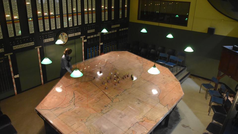 Dřevěné kostky s čísly, které se posunovaly po obří mapě, představovaly letecké formace