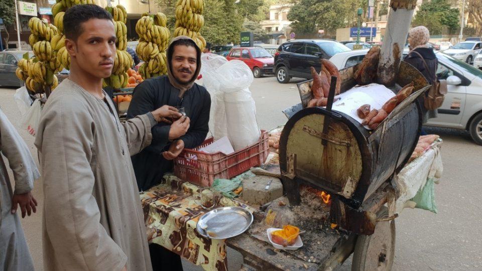 Ahmad je chudý vesničan z horního Egypta v dlouhé tradiční košili. V Káhiře se živí prodejem pečených batátů