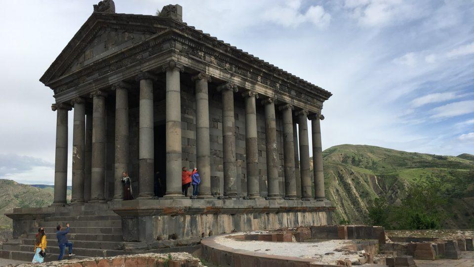 Chrám v Garni postavili v 1. století našeho letopočtu. Poničilo ho zemětřesení v druhé polovině 17. století, ale v 70. letech 20. století byl znovu obnoven.