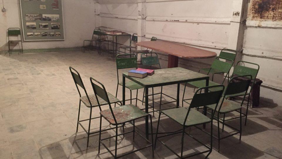 Společenská místnost v bunkru bylavybavená úsporně