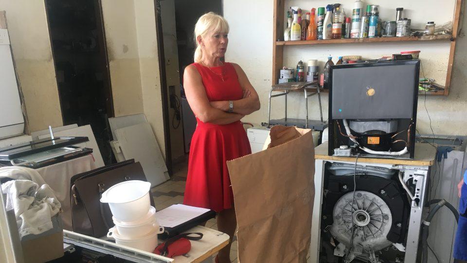 Komisařka Renata Miková vrací část důkazních materiálů synům zavražděných manželů. Na stanici pro ně má ještě dalších několik pytlů plných věcí