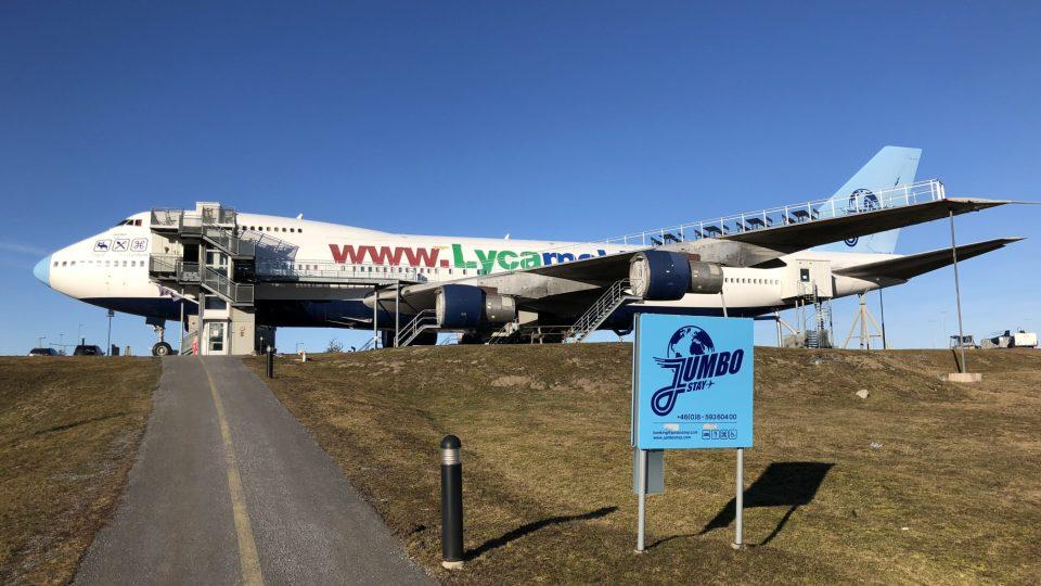 Na svém vyvýšeném místě východně od letiště Arlanda stojí Jumbo Stay už deset let a zůstane tam, dokud ho neustále se rozšiřující letiště nespolkne