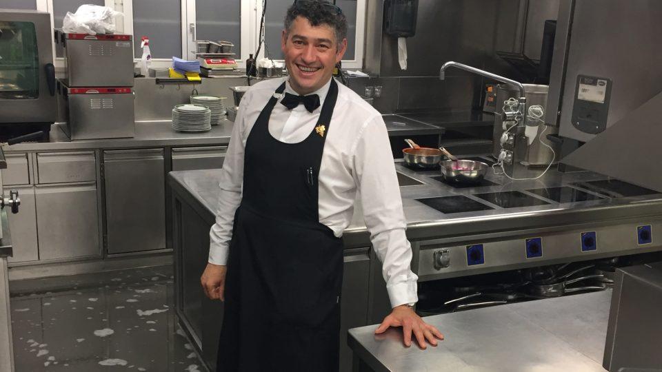 Tobias Oswald v restauraci Torkel pracuje jako kuchař i jako someliér.