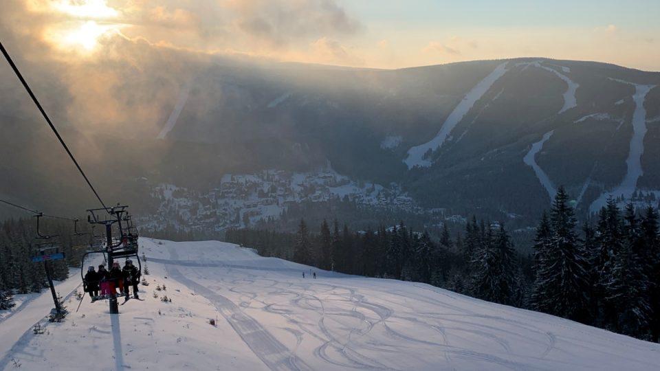 Skiareál ve Špindlu nabízí i na konci února stále skvělou lyžovačku
