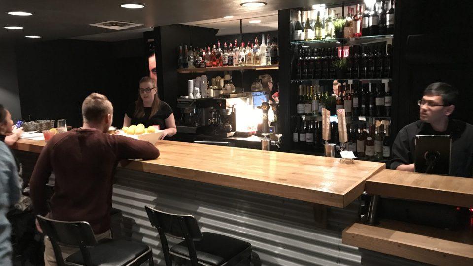 Poslední světlo, které zákazník před jídlem spatří, svítí ve vstupní hale, která slouží zároveň jako bar, pokladna a taky poslední šance přečíst si jídelní lístek