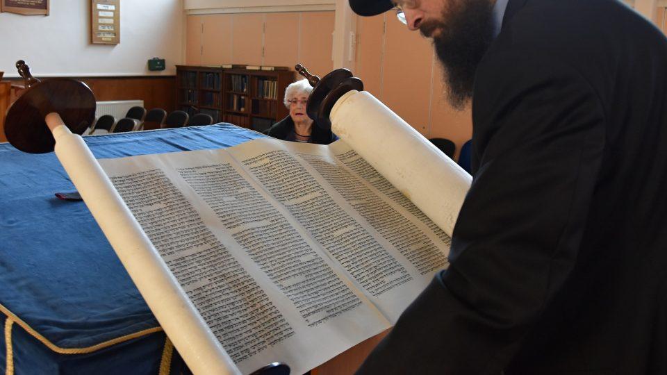 Když nacisté zničili ostravskou synagogu, putovala tóra do depozitáře v Praze. Tam ji v roce 1964 koupil anglický židovský obchodník s uměním Eric Estoric