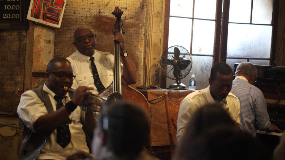 Kapela Preservation Hall All Stars - v hlavní roli trumpetista a vedle něj klarinet, trombón, basa, klavír a bicí
