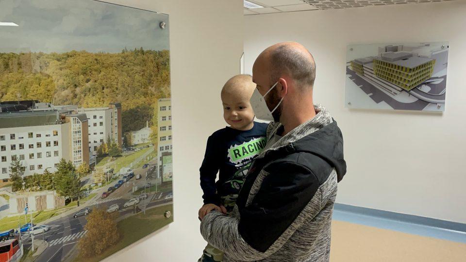 Návrat rodiny Radobických do IKEMU. Tatínek s tříletým synem Peťkou čekají na přednostu kliniky transplantační chirurgie Jiřího Froňka
