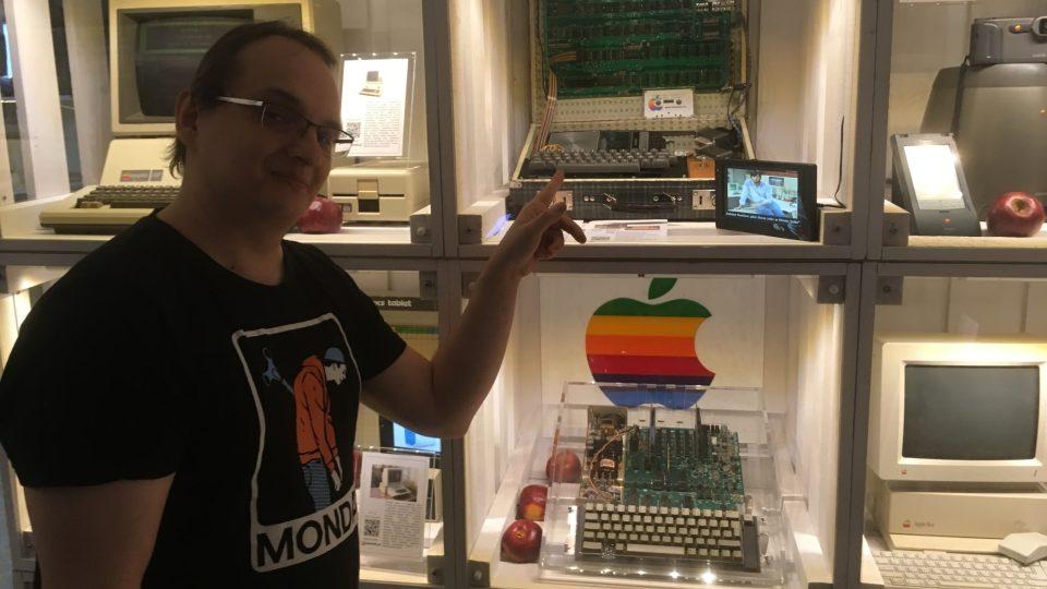Tři místnosti po bývalém boxerském klubu jsou zaplněné vitrínami s kalkulačkami, gameboyi, herními konzolemi, a dokonce replikou jednoho z prvních stolních počítačů od firmy Apple