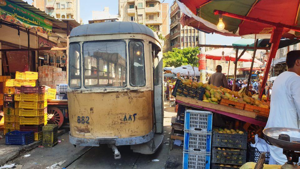 Přímo u alexandrijského hlavního vlakového nádraží je obrovské tržiště. A prostředkem toho tržiště prochází také jedna tramvajová trať.