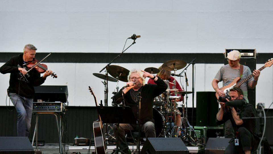 Vladimír Mišík během koncertu v Karlových Varech