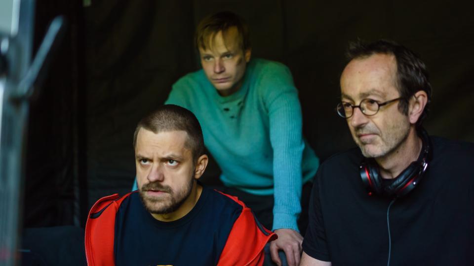 Jiří Mádl, Kryštof Hádek a Petr Zelenka kontrolují natočený materiál k filmu Modelář