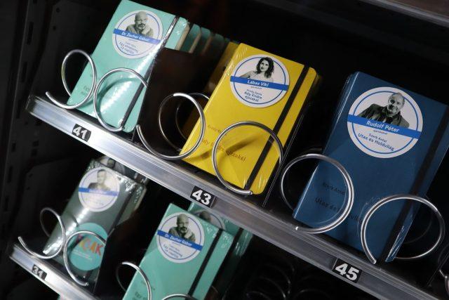 Budapešť má nové netradiční automaty. Po vhození peněz z nich vypadne knížka tak akorát do kapsy