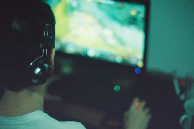 počítačová hra - hráč - počítačové hra