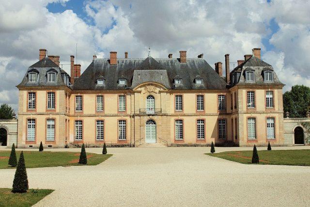 Pro natáčení filmu Valmont si Miloš Forman vybral francouzský zámeček Motte-Tilly v kraji Champagne