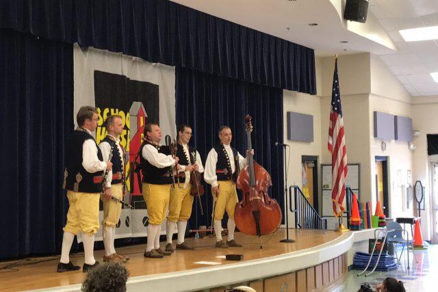 Americkým školákům zahrála Domažlická dudácká muzika ve složení dudy, dva klarinety, housle a basa