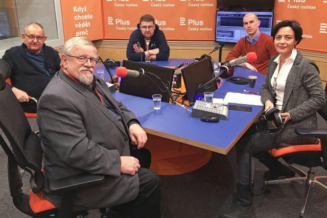 U debatního stolu sedí (zleva) Petr Nováček, Daniel Kroupa (v popředí), Jindřich Šídlo, Jan Gruber a moderátorka diskuze Lucie Vopálenská