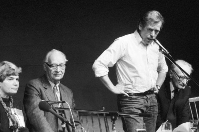 Tisková konference Občanského fóra v Laterně Magice 23. 11. 1989.