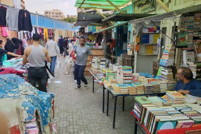 Arabští knihomolové si dávají dostaveníčko na káhirském tržišti Súr Ezbekíja