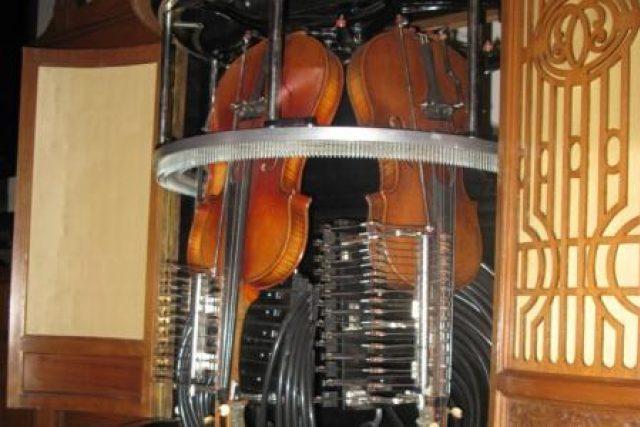 Stroj, který hraje na housle