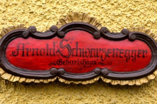 Vedle dveří Schwarzeneggerova rodného domu najdete samozřejmě cedulku s jeho jménem | foto: Vojtěch Berger
