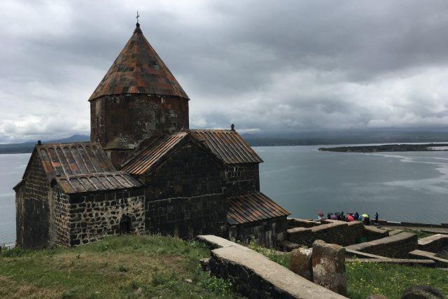 Z ostrova, který je už dávno poloostrovem, se otevírá panorama celého jezera Sevan