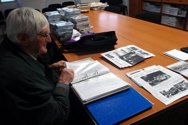 Tehdejší místostarosta Josef Kunetka nad dokumenty v badatelně turnovského muzea