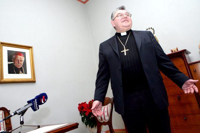 Arcibiskup Dominik Duka ve své pracovně po natáčení rozhlasové promluvy   foto: Tomáš Novák