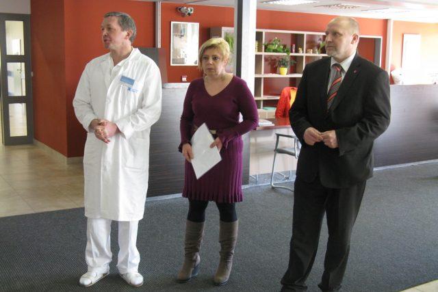 Galerie v nemocnici -  (zprava) řediel S. Holobrada,  mluvčí M. Boušková,  primář J. Gutwirt | foto: Pavel Pavlas