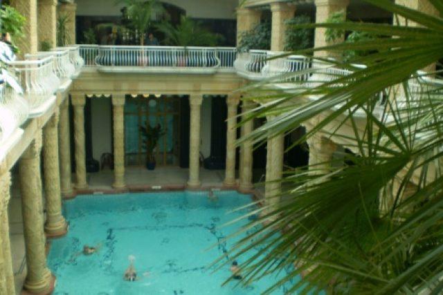 Velký bazén je asi nejkrásnější v budapešťských lázních