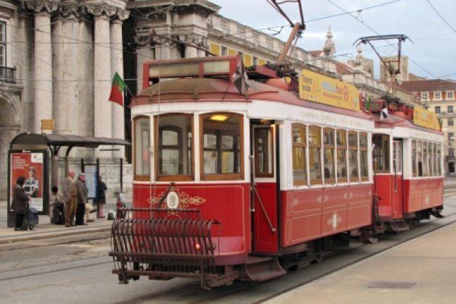 Červené tramvaje jsou určené výhradně pro turisty. Nastoupit se do nich dá na náměstí Praça do Comércio