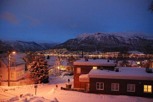 Domy i ulice jsou během polární noci osvětlené