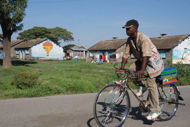 Pomalované domy stojí podél silnice vedoucí k národnímu parku Nakuru