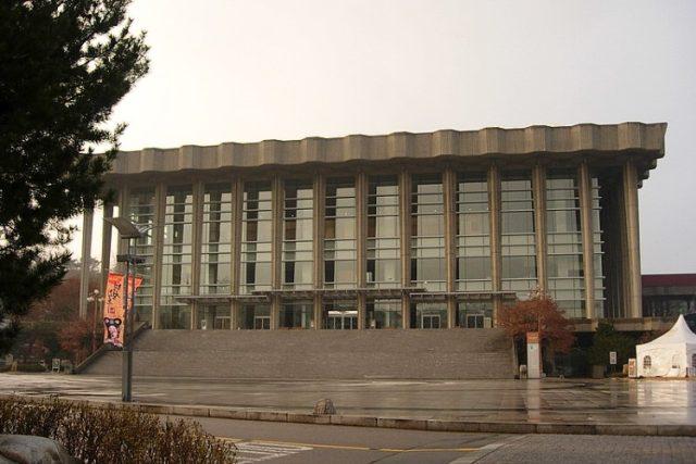 Národní divadlo v Soulu   foto:  Enigma7seven,  licence Creative Commons Attribution-ShareAlike 3.0 Unported