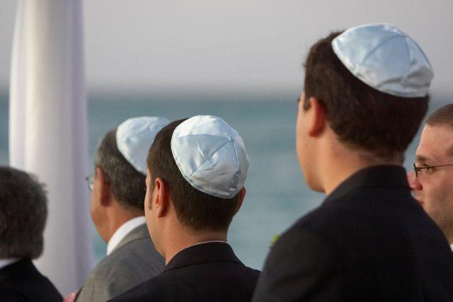 Židé s jarmulkami