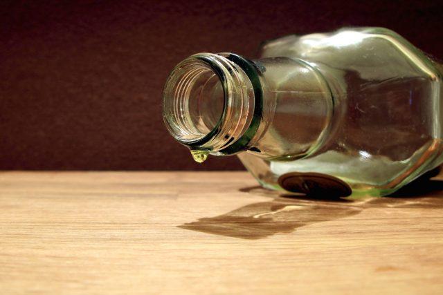 Dopitá láhev tvrdého alkoholu