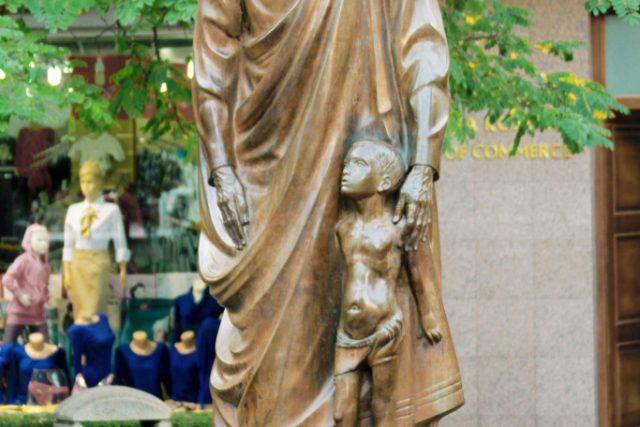 Matka Tereza. Socha v kosovské Prištině