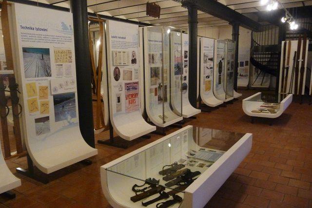 Expozice přibližuje historii lyžování u nás