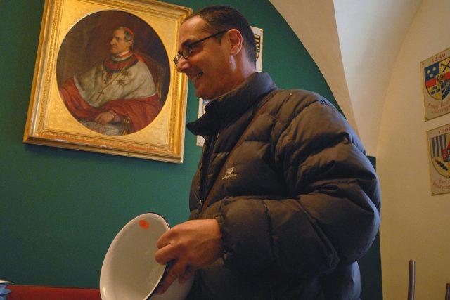Izraelský profesor historie umění Lior Aloni se při výprodeji nepotřebného inventáře raduje z ukořistěného starožitného nočníku